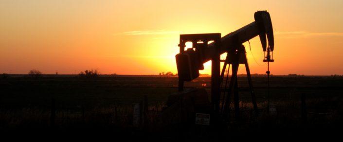 Daten sind das neue Öl. Foto von Gina Dittmer (https://www.publicdomainpictures.net/en/view-image.php?image=158901&picture=oklahoma-sunset-oil-rig), Lizenz: CC0 Public Domain.